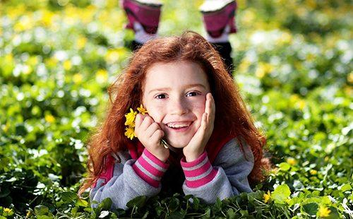 Девочка с жёлтыми цветами