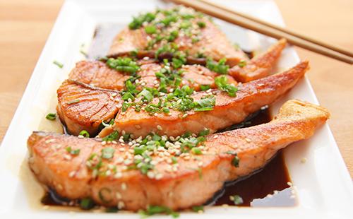 Жареная рыба на керамическом блюде
