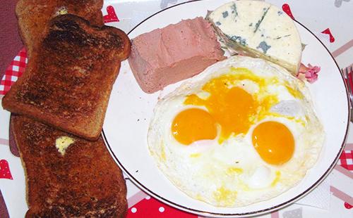 Яичница из трёх яиц и сыр на завтрак
