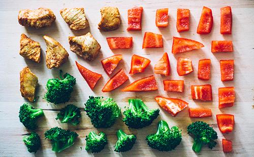 Красиво разложенные кусочки мяса, моркови и брокколи