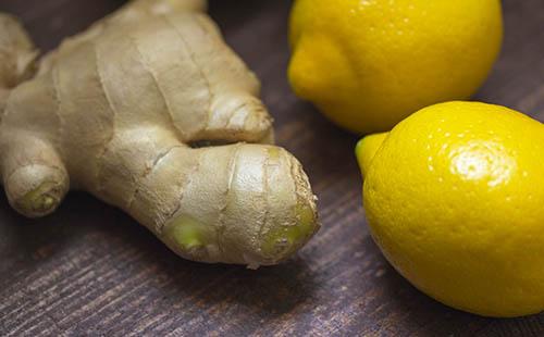 Имбирный корень и свежие лимоны