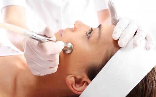 Косметолог делает девушке пилинг