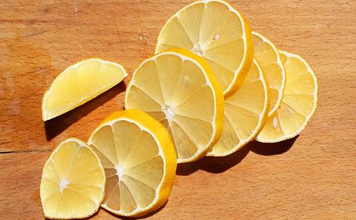 Сочные кружки жёлтого лимона