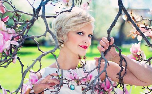 Платиновая блондинка у цветущей магнолии