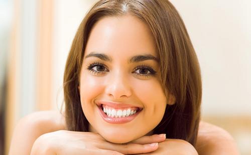 Черноглазая девушка с ослепительной улыбкой