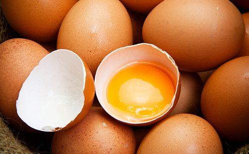 Разбитое куриное яйцо с ярким желтком
