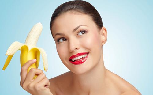 Яркая женщина держит банан