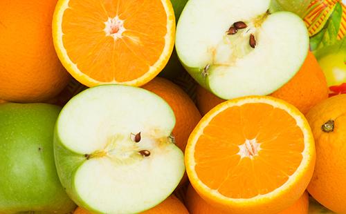 Половинки апельсинов и зелёных яблок