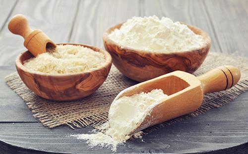 Рисовая мука в деревянной посуде