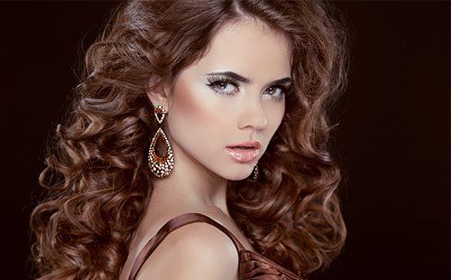 Aceite de ricino para el cabello: recetas para la caspa, para la densidad y el crecimiento, los beneficios de la herramienta y cómo aplicarla.