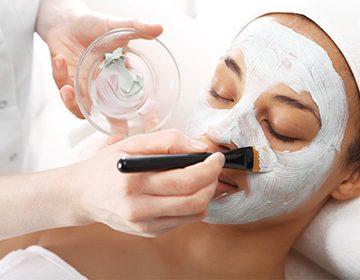 Máscaras para humectar la cara en casa: por qué no solo se necesita piel seca